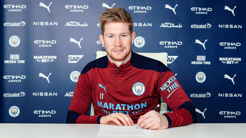 Kevin De Bruyne zette zijn krabbel onder een nieuwe verbintenis bij Manchester City. Beeld Manchester City