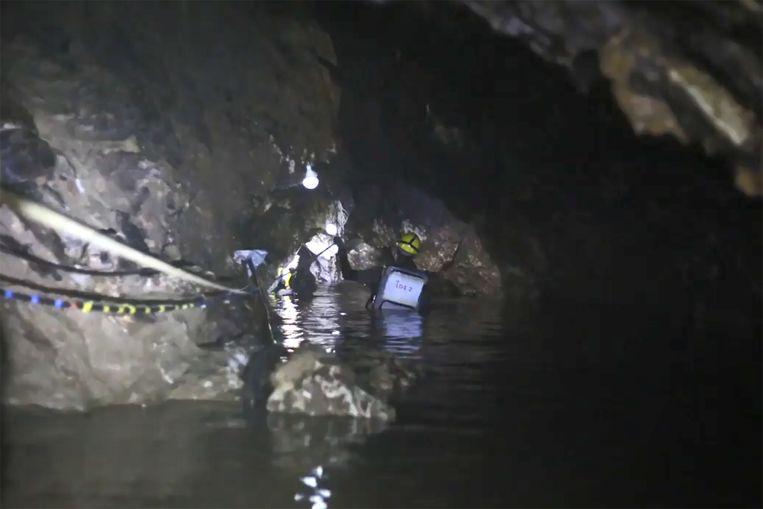 De kinderen konden allemaal met de hulp van duikers gered worden.  Beeld AFP