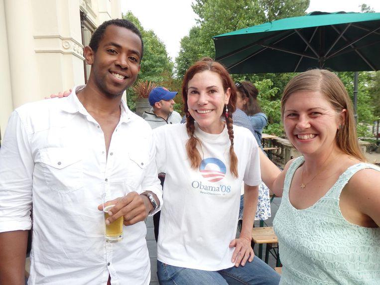 UvA-student Dallas Gibson, journalist Kate Carlisk en Megan Janicke (Howdy Queso). Carlisk: 'We zijn hier voor het verzet' Beeld Schuim