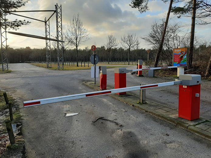 Op het grote parkeerterrein van het Avonturenpark Hellendoorn wordt een overkapping met 12.000 zonnepanelen gebouwd.