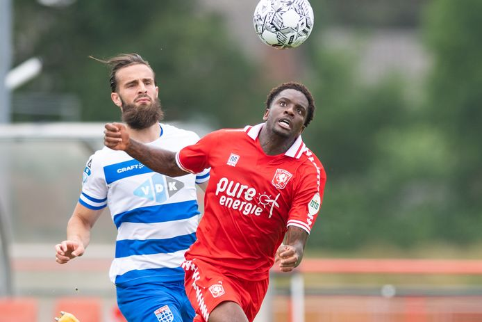 Queensy Menig in actie tegen PEC Zwolle.