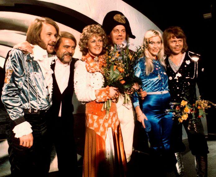 De vier leden van ABBA,  Benny Andersson (helemaal links) Annifrid Lyngstad (derde van links), Agnetha Faltskog (tweede van rechts), en Bjorn Ulvaeus (uiterst rechts) na hun overwinning in 1974.