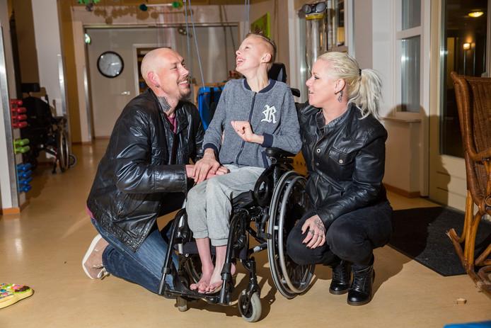 Het zoontje Dylano moest zeven maanden op zijn nieuwe rolstoel wachten.