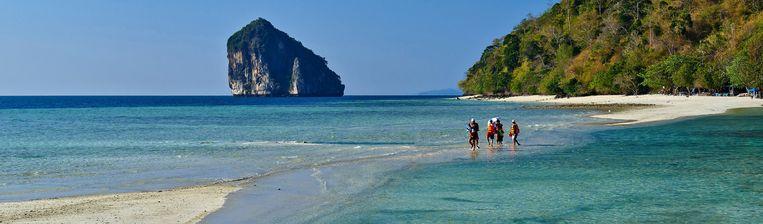 Het Thaise eiland Koh Kai. Dit eiland is sinds vandaag verboden terrein voor toeristen. Beeld Andrea Pistolesi