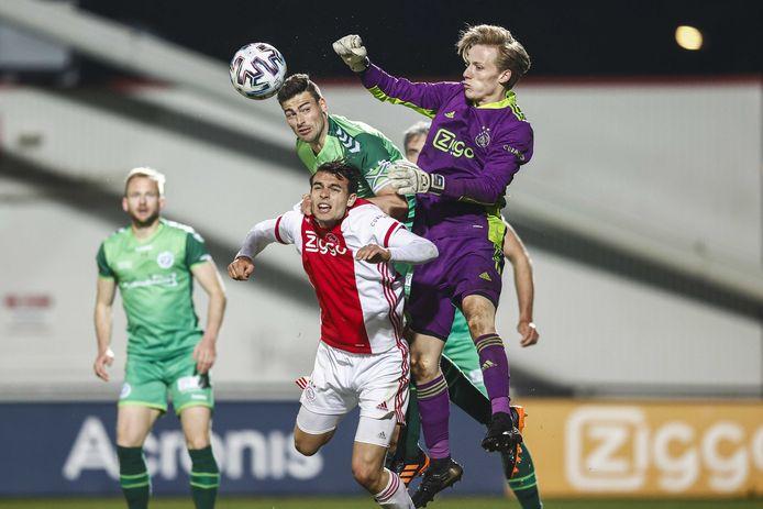 Daan Reiziger (paars shirt) in actie voor Jong Ajax tegen De Graafschap, afgelopen maand. De jonge keeper bokst de bal weg voordat Ted van de Pavert gevaarlijk kan worden.