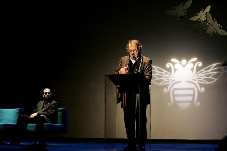 Bij de viering van het 60-jarige bestaan van uitgeverij de Bezige Bij, 2004. Links Jules Deelder. Beeld ANP