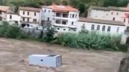 Indrukwekkende beelden tonen hoe truck wordt meegesleurd door overstromingen in Zuid-Frankrijk
