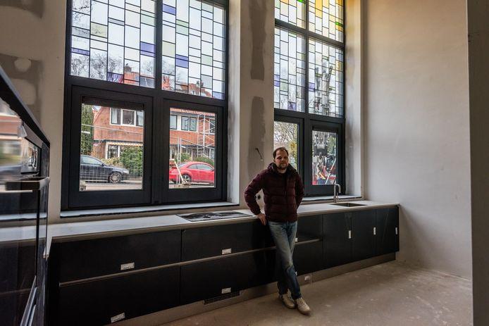 Wim Pekaars in zijn appartement