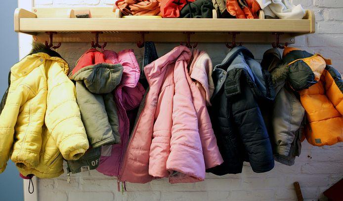 Foto ter illustratie, de kapstok in een kinderopvang.