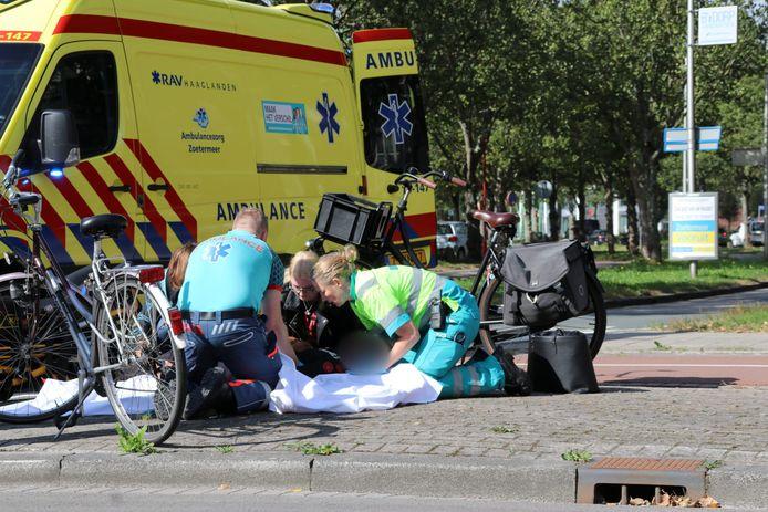 Een jongen is gewond geraakt bij een botsing op de rotonde van de Van Leeuwenhoek met de Clauslaan in Zoetermeer.