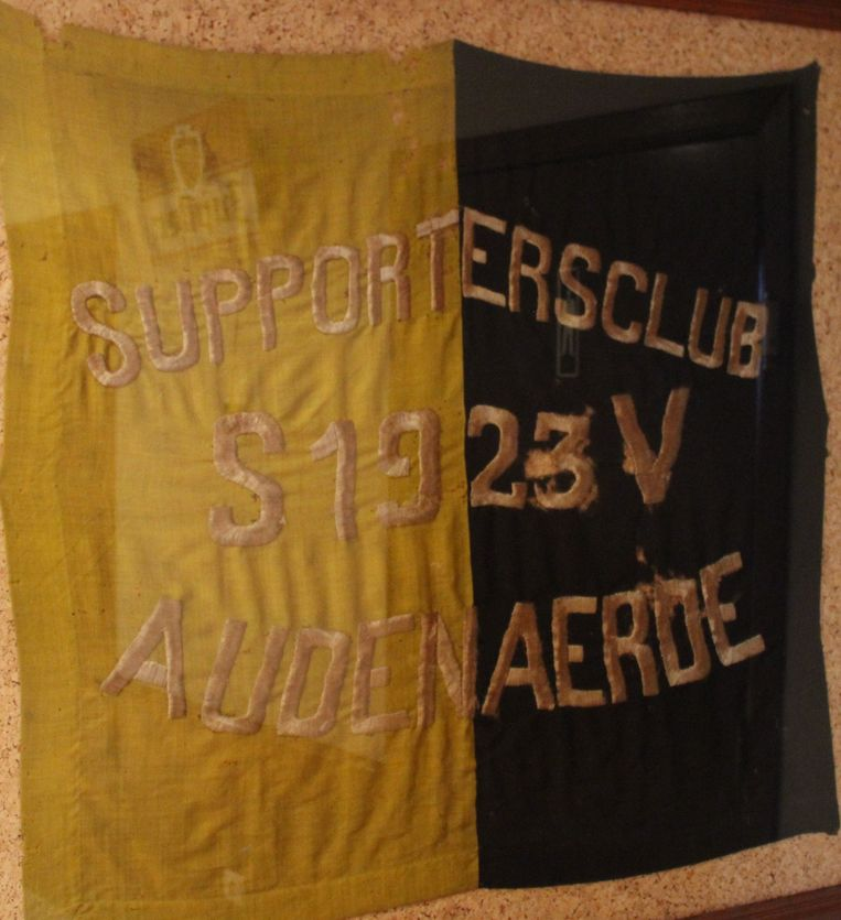 Een supportersvlag van 1923 in supporterscafé The Pink Panther.
