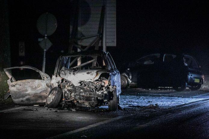 Van de in brand gevlogen auto bleef zeer weinig over. De inzittende van deze auto overleed aan zijn verwondingen.