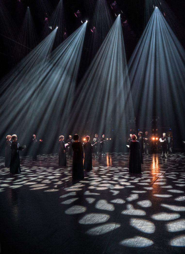 Het koor van DNO zingt op anderhalve meter afstand van elkaar.   Beeld Marco Borggreve