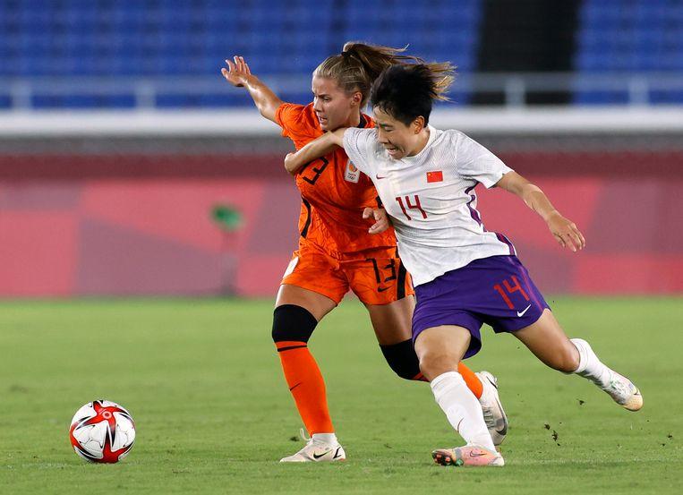 Oranjevrouw Victoria Pelova in actie tegen de Chinese speelster Liu Jing.  Beeld REUTERS