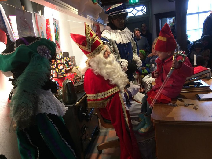 De sint praat met kinderen in Veldhoven