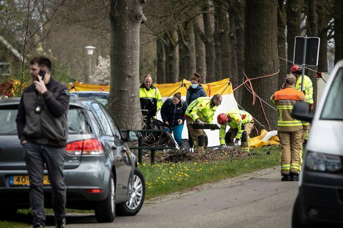 De politie onderzoekt de plek van het ongeluk.