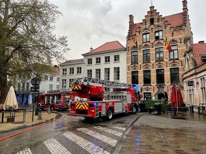 De brand ontstond in een badkamer op de tweede verdieping van het gebouw.