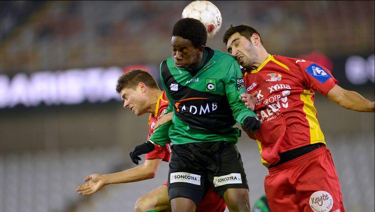 Dequaire (r) in duel met Bakenga in de kwartfinale van de beker van vorig jaar. Beeld PHOTO_NEWS