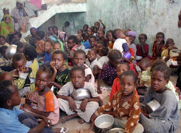 Somalische kinderen wachten op een voedselbedeling in Mogadishu. Beeld AFP