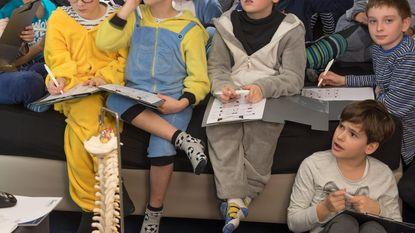 Kinderen massaal in pyjama naar school