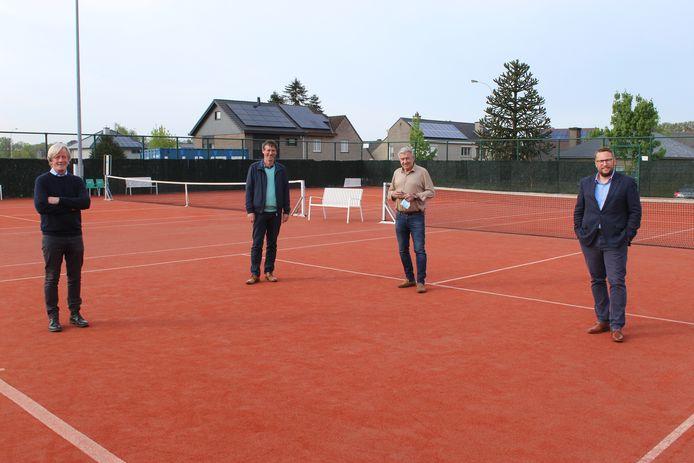 De twee achterste terreinen aan de Tennislaan worden overkapt.