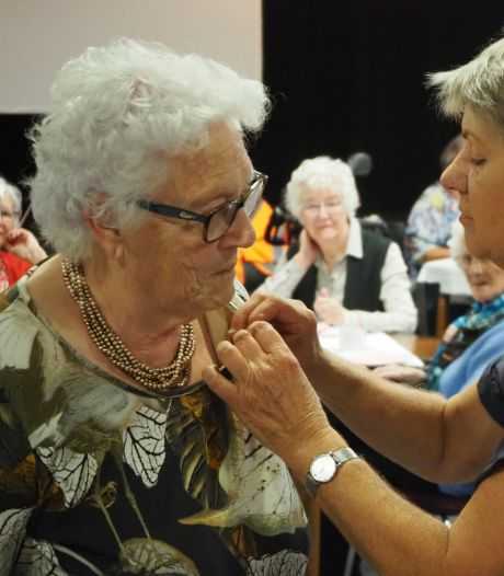 Gouden speldje voor oprichtster Annie Kraaykamp voor 40 jaar Zonnebloem in Engelen en Bokhoven