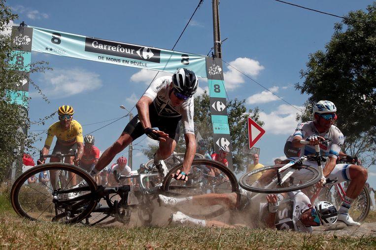 Chris Froome en Alexander Kristoff gaan tegen de grond in de Tour-rit naar Roubaix. Beeld REUTERS