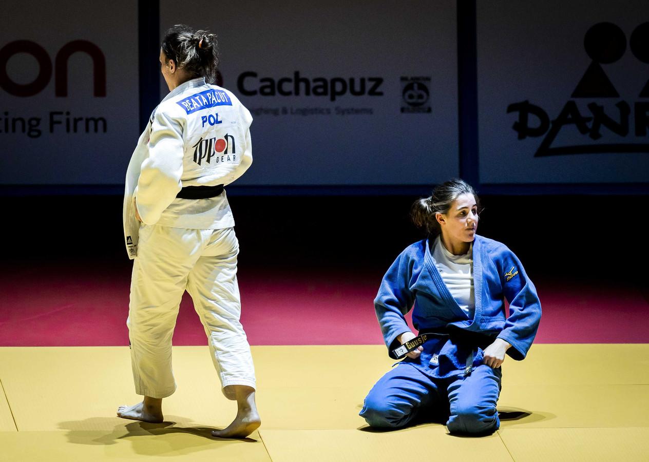 Guusje Steenhuis (rechts) verliest van Beata Pacut uit Polen in de finale van de Europese Kampioenschappen Judo.