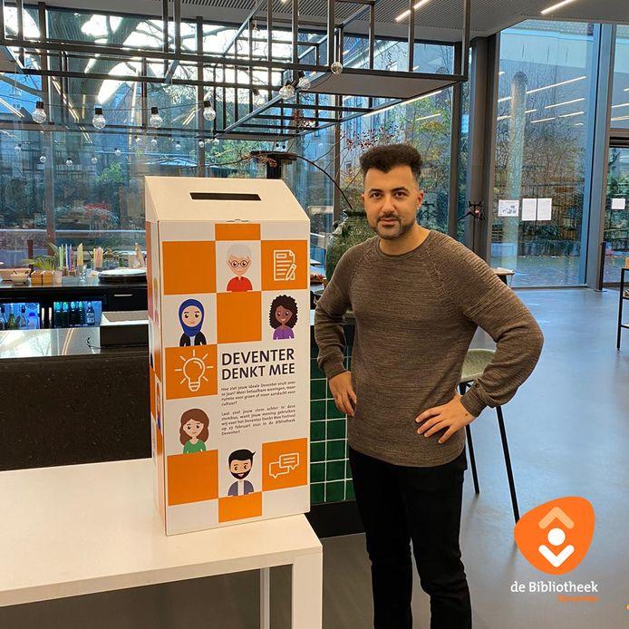 In de stad werden verschillende stembussen geplaatst. Maar de meeste ideeen kwamen online binnen. Özcan Akyol presenteert de avond Deventer Denkt Mee.