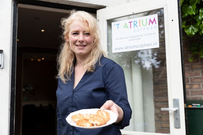 Marion Traas serveerde steevast haar befaamde, zelf gebakken koekjes aan haar klanten. ,,Het komt nu even keihard binnen dat ik stop. Ik besef ineens wat ik allemaal ga missen.''