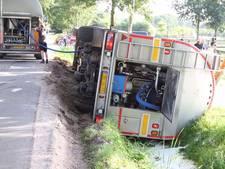 Tankwagen met 32.000 liter melk kantelt in Lunteren