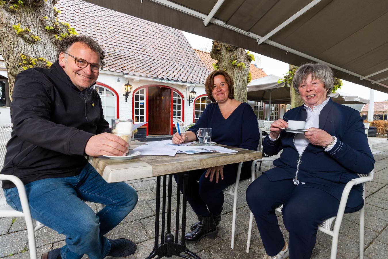 De Drie Linden in Giersbergen/Drunen bestaat 100 jaar vlnr. Wijnand van Delft, Annet van Oord en Fien van Kempen.