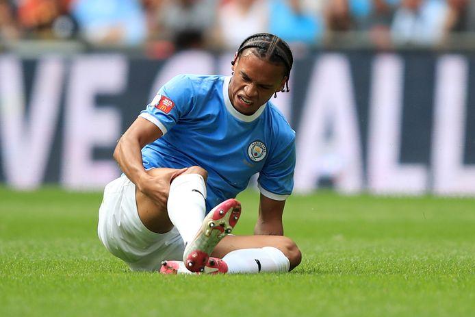 Leroy Sané voelt aan zijn knie tijdens Manchester City - Liverpool zondag op Wembley.