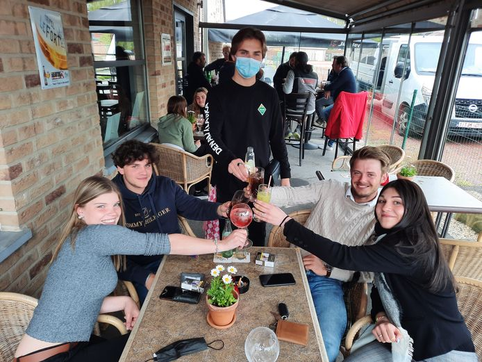 Jonathan Hosten (25), Yaelle Sagaert (16), Alicia Vanlerberghe (17) en Anton Deleye (21) deden hun eerste terrasje in Bybloks.