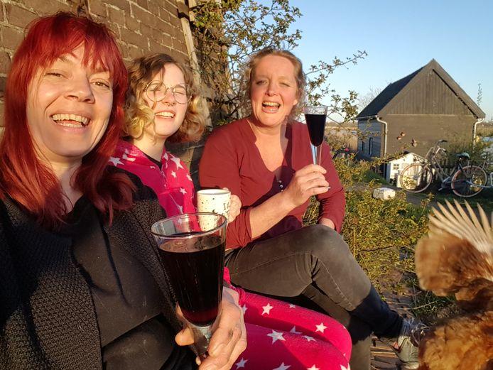 Molenaar Anja Noorlander met dochter Marijn en vriendin Mathilde van der Vliet toen zij hoorden dat ze gewonnen hadden.