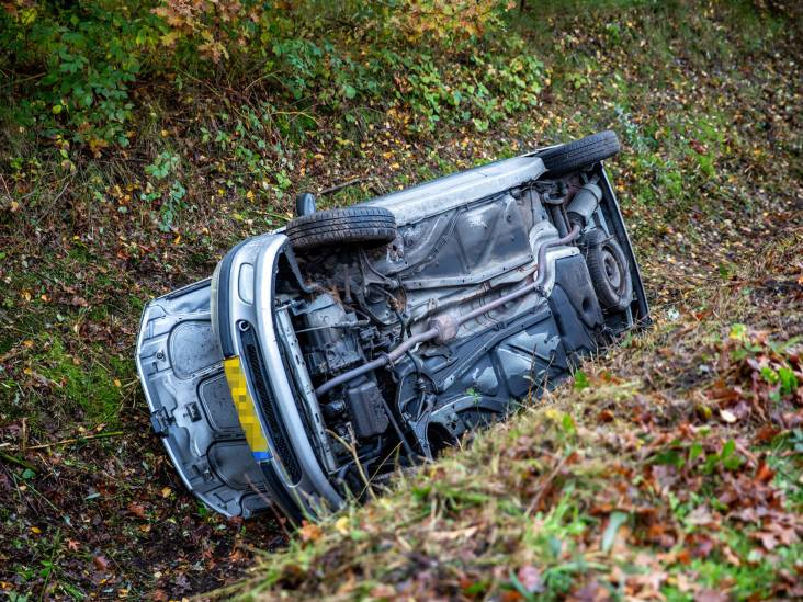 Auto belandt in sloot door oliespoor op weg in Roosendaal