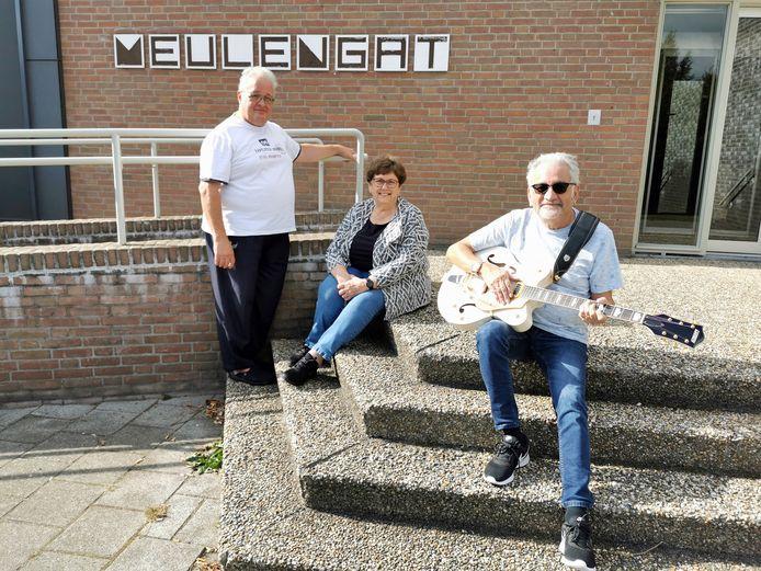 Bestuursleden Gert Jansen en Teuni en Diederik Benjaminsz  (vlnr) van de Bonte Avond Club in Sluiskil.