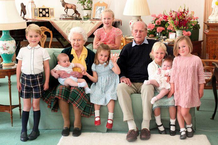 Prins Philip met 7 van zijn achterkleinkinderen, zonder Archie.