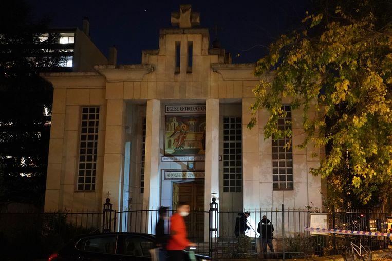 De politie doet onderzoek bij de kerk waar de Grieks-orthodoxe priester zaterdag werd neergeschoten.  Beeld AP