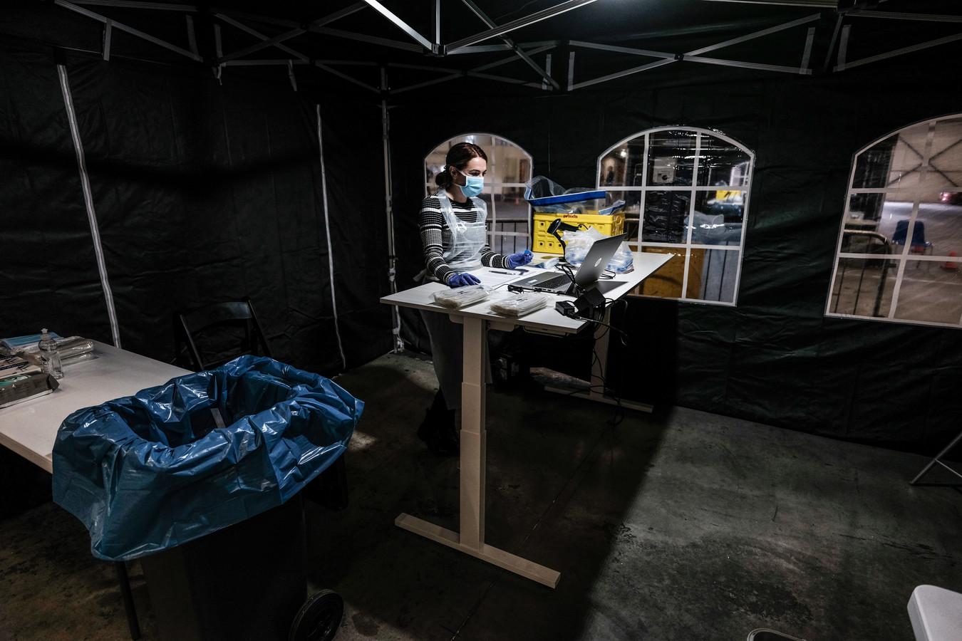 GGD-medewerker Alicia de Vos verwerkt een coronatest op de nieuwe testlocatie in Winterswijk.