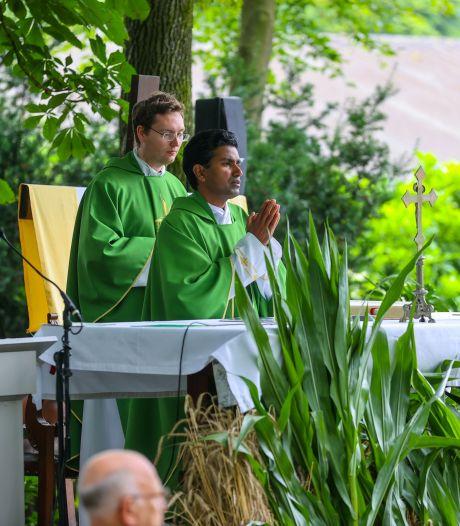 Pater Pushpa neemt afscheid: 'Ik bid voor u, blijft u ook voor mij bidden?'