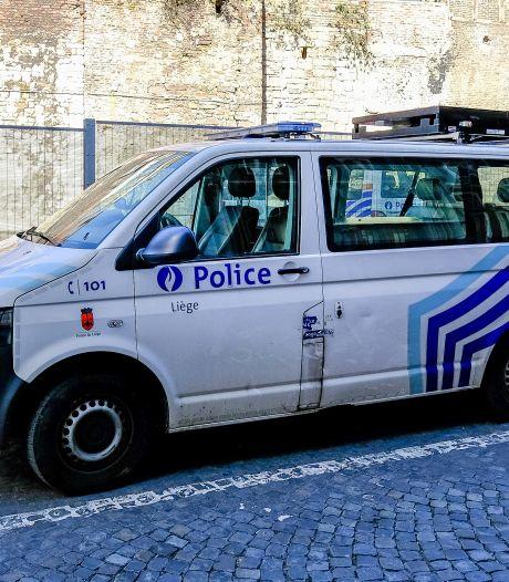 Un homme casse la vitre d'un véhicule de police lors d'une interpellation à Liège