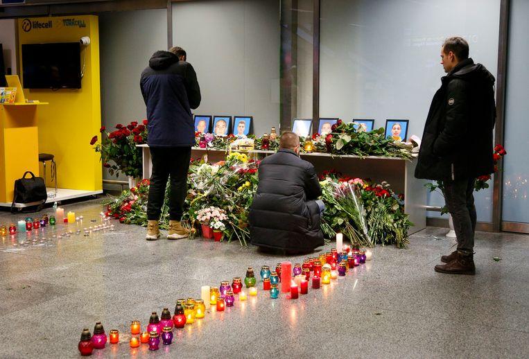 Nabestaanden van het personeel dat aan boord was van de in Iran neergeschoten Boeing rouwen bij een gedenkteken bij Borispil vliegveld buiten Kiev, Oekraïne.  Beeld AP