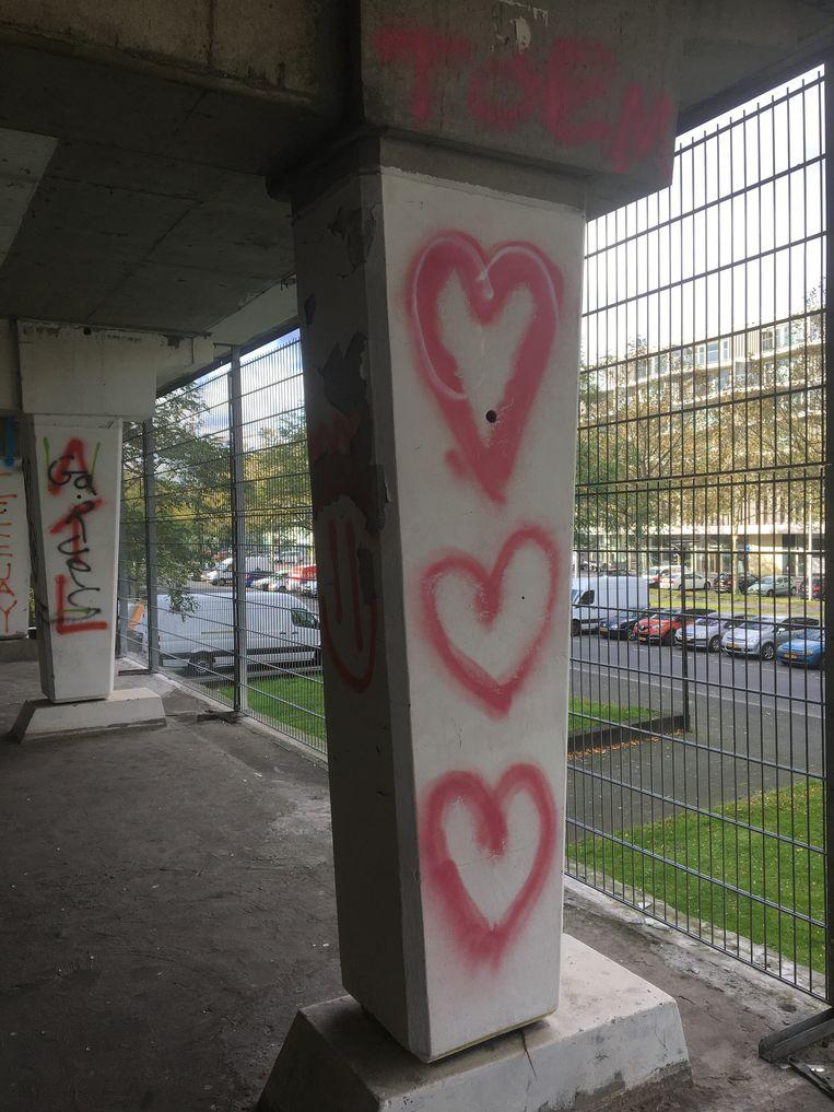 De zuil met hartjes-graffiti blijft behouden. Beeld Imagine IC