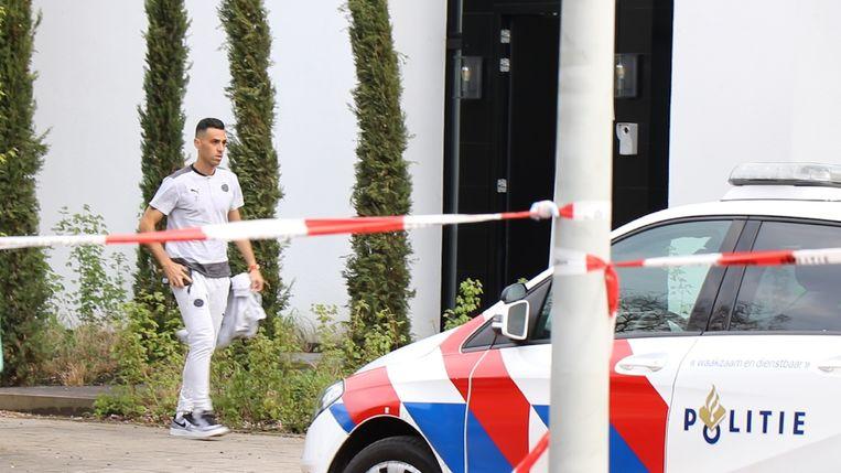 PSV-spits Zahavi arriveert bij zijn huis waarin zijn vrouw en kinderen tijdens een overval werden vastgebonden. Beeld ANP