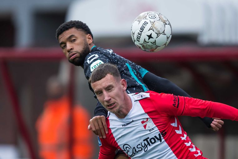 Emmen-verdediger Glenn Bijl, hier in duel met Sylla Sow van RKC Waalwijk, gelooft in handhaving van zijn club in de eredivisie.  Beeld ANP