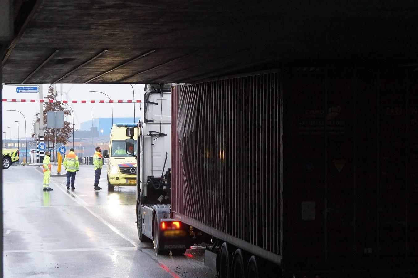 Truck klem onder viaduct Waalwijk.