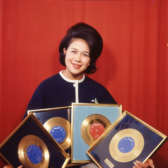 Zangeres Anneke Grönloh showt haar gouden platen in 1964.