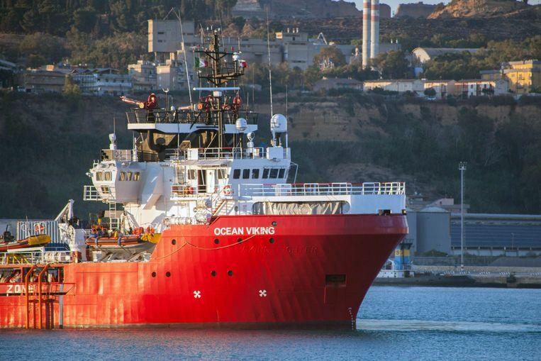 De Ocean Viking ligt aangemeerd in de haven van Porto Empedocle. Beeld AP
