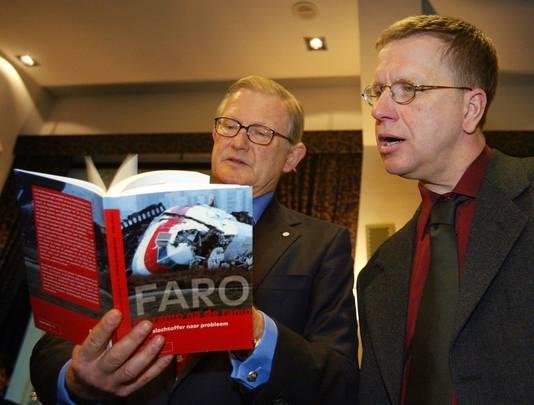 Mr. Pieter van Vollenhoven krijgt in 2002 het boek 'Faro, de Ramp na de Ramp' overhandigd door overlevende Cor ten Hove (r.).